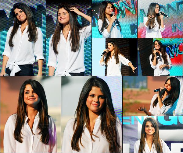 16.06.2011 ─ Selena Gomez était présente lors du « Monte Carlo Mall Tour », se déroulant, dans Buford, Géorgie.Un peu plus tôt, la belle a été vue arrivant au Mall tour. La belle a répondue à des questions puis a performer quelque chanson. Sa tenue est un top!
