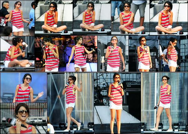 18.06.2011 ─ Selena Gomez a été photographiée, alors, qu'elle était aux répétitions étant dans Toronto, Ontario.La belle Selena G. présentera la cérémonie des MMVA'S le 19 juin. Concernant sa tenue, c'est très simple, pour une répétition ça passe, c'est un top !