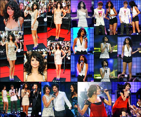 20.06.2011 ─ Selena Gomez était présente lors de la cérémonie des « MuchMusic Video Awards », dans Toronto.La belle brunette est la présentatrice de cette cérémonie, évidemment, elle a même posée avec son chéri pendant la cérémonie. Sa tenue est un top.