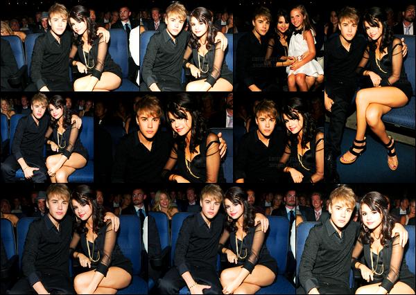 23.07.2011 ─ Selena Gomez était présente, lors de la cérémonie des « ESPY Awards », avec Justin, à Los Angeles..Nous n'avons pas de photos de tapis rouge, mais que des photos de l'intérieur au côté de son petit-ami, Justin Bieber ! Concernant sa tenue, un top !