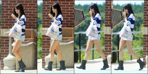 30.07.2011 ─ Selena Gomez a été photographiée, alors, qu'elle quittait une station service, qui se situait à Miami.Nous avons très peu de photos de cette sortie, elle était en compagnie de deux amis... Concernant sa tenue, c'est tout simple mais c'est un beau top !