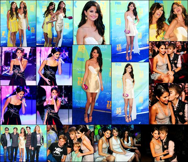07.08.11 ─ Selena Gomez était présente lors de la cérémonie des «Teen Choice Awards», étant dans Los Angeles.La belle Selena était vêtue d'une belle aux tons beige. Elle a posée avec BFF, Demi Lovato. Et interprété son titre « Love you like a love song ». Un top!