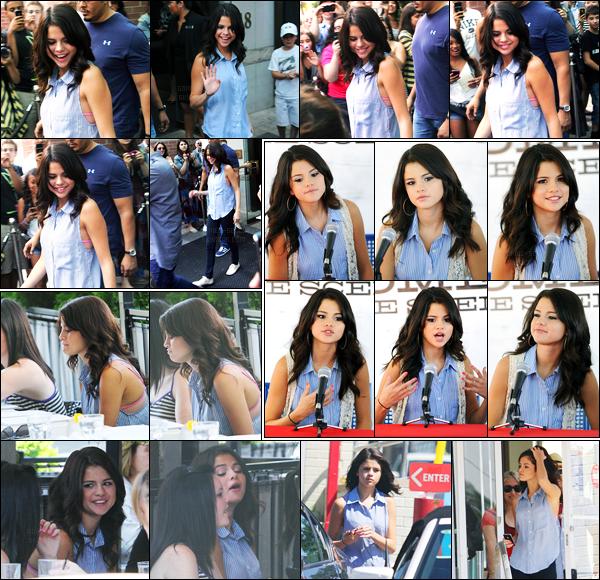 23.08.11 ─ Selena Gomez a été photographiée, alors, qu'elle quittait son hôtel, se situant, dans Toronto, Ontario.La belle s'est rendue dans un restaurant en compagnie de ses amies. Puis elle s'est rendue à une conférence de presse. Concernant sa tenue, c'est top