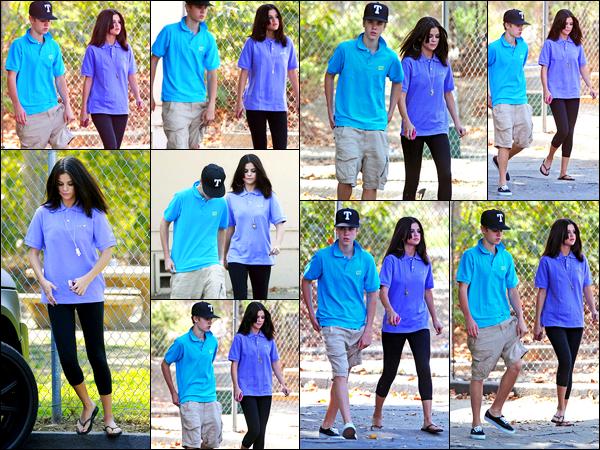 21.09.11 ─ Selena Gomez a été photographiée alors qu'elle était au zoo avec Justin B. étant dans Los Angeles, CA.Les deux amoureux se sont donc rendu au zoo, ils enchaînent les sorties ensemble... Concernant sa tenue, c'est accorder avec Justin, et c'est un flop !
