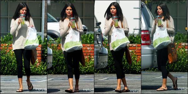 22.09.11 ─ Selena Gomez a été vue alors qu'elle allait s'acheter à manger après un photoshoot, dans Los Angeles.Nous avons malheureusement très peu de photos de la sortie de Selena, mais c'est déjà ça. Concernant sa tenue, je ne suis pas du tout fan, c'est flop