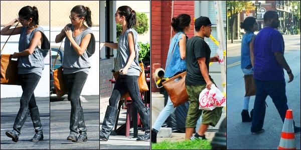 29.09.11 ─ Selena Gomez a été photographiée alors qu'elle allait déjeunait, avec des amies, dans Studio City, CA.La belle a ensuite été photographiée dans les rues de Franklin au Tennessee avec Alfredo Flores. Concernant sa tenue, c'est un top de ma part, avis ?