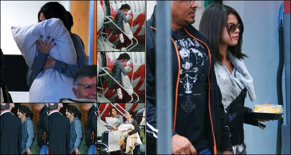 12.10.11 ─ Selena Gomez a été photographiée pendant qu'elle arrivait à l'aéroport dans Victoria, étant au Canada.La belle a ensuite été photographiée allant acheter des Nachos dans Victoria... Concernant sa tenue, c'est très simple, très décontractée, c'est un bof !