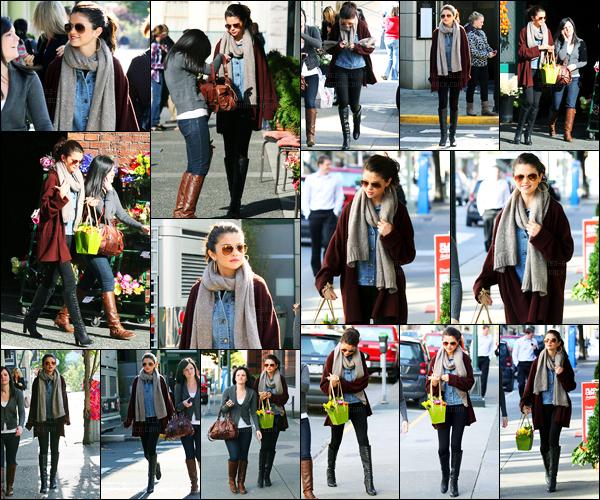 12.10.11 ─ Selena Gomez a été photographiée, pendant, qu'elle était entrain d'acheter des fleurs, étant, à Victoria.La belle a ensuite été photographiée allant acheter des Nachos dans Victoria... Concernant sa tenue, c'est très simple, très décontractée, c'est un bof !