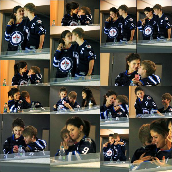22.10.11 ─ Selena Gomez a été photographiée alors qu'elle était à un match de Hockey sur Glace, dans Winnipeg.La belle brunette était en compagnie de son petit-ami, Justin Bieber. Qu'ils sont mignons ces deux-là ! Concernant sa tenue, c'est un top de ma part !