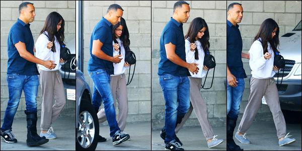 03.11.11 ─ Selena Gomez a été photographiée, alors, qu'elle arrivait à l'aéroport de LAX, étant, à Los Angeles, CA.La veille, la belle a été photographiée alors qu'elle arrivait à un studio d'enregistrement. Concernant ses tenues, je n'en suis pas forcément fan.. Bof !