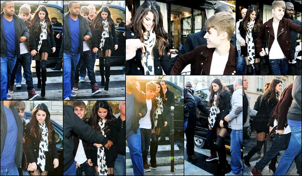 09.11.11 ─ Selena Gomez a été photographiée, alors, qu'elle se promenait, avec Justin Bieber, étant dans Paris, FR.La foule était également présente pour apercevoir les deux amoureux. Concernant sa tenue, c'est plutôt jolie pour ma part, c'est donc un top pour moi