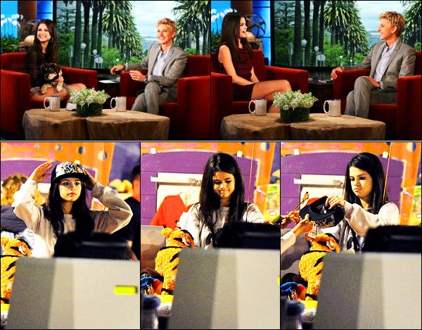 17.11.11 ─ Selena Gomez était présente lors de l'émission de « Ellen DeGeneres », qui était, dans Los Angeles, CA.Notre belle brunette a ensuite été photographiée alors qu'elle était au parc de Disneyland à Anaheim... Concernant sa tenue, c'est un top de ma part !