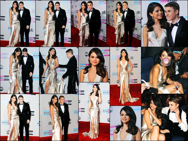 20.11.11 ─ Selena Gomez était présente lors de la cérémonie des « American Music Awards » étant à Los Angeles.La belle S. était accompagnée de son petit-ami, ils étaient accordé avec leur tenues ! Plus tard, ils ont été vues quittant la soirée. Sa tenue est un top.