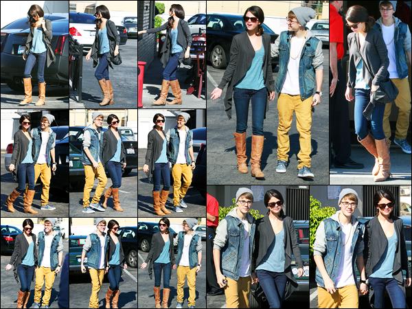 21.11.11 ─ Selena Gomez a été photographiée alors qu'elle quittait un restaurant « Ihop », étant dans Los Angeles.La belle Selena était accompagnée de son petit-ami Justin pour déjeuner. Leur tenue, j'en suis totalement fan, c'est donc un top de ma part et vous ?