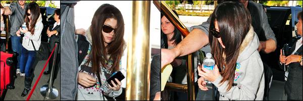 01.12.11 ─ Selena Gomez a été photographiée, alors, qu'elle arrivait à l'aéroport de LAX, étant, dans Los Angeles.La belle Selena G. a donc pris un vol pour une destination, pour le jingle ball évidemment ! Concernant sa tenue, c'est un top de ma part, vous, avis ?