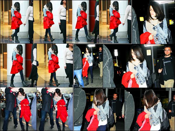 30.12.11 ─ Selena Gomez a été photographiée, alors, qu'elle arrivait à   l'aéroport de LAX, étant, à Los Angeles, CA.Un peu plus tard, Selena G. a été photographiée arrivant à l'aéroport JFK étant à New-York City... Concernant sa tenue, c'est un beau top de ma part !