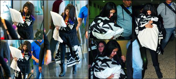 21.01.2012 ─ Selena Gomez a été photographiée pendant qu'elle arrivait à   l'aéroport de LAX, étant à Los Angeles.Le lendemain, après quelques heures de vol, la belle Selena a été photographiée arrivant à l'aéroport à Porto Rico. Concernant sa tenue, c'est un top !