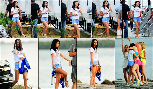 12.03.2012 ─ Selena Gomez a été photographiée, alors, qu'elle était sur le set de « Spring Breakers », en Floride.La belle S. a été rejoint par son petit-ami lors du tournage. Ils avaient pas l'air de très bonne humeur ! Concernant leur tenue, c'est un très beau top.