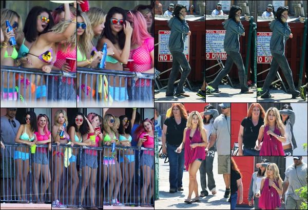 21.03.2012 ─ Selena Gomez a été photographiée, alors, qu'elle était sur le set de « Spring Breakers », en Floride.Encore une fois, Sel et ses amies ont été aperçue sur le tournage, ainsi que le lendemain, mais cette fois nous avons peu de photos. Sa tenue est top