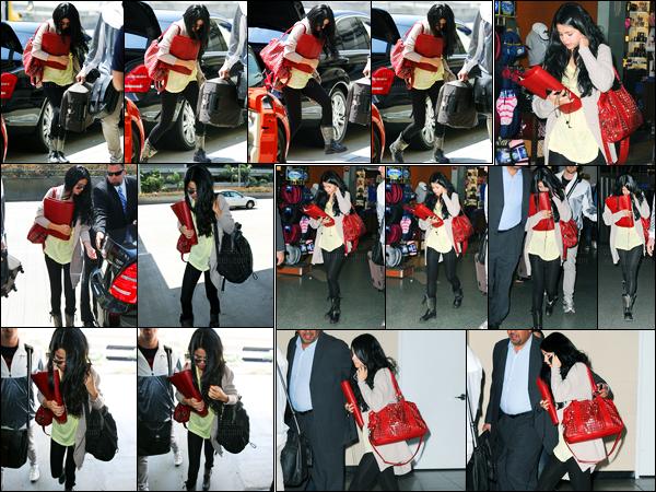 10.04.2012 ─ Selena Gomez a été photographiée, alors, qu'elle arrivait à  l'aéroport de LAX, étant, à Los Angeles.Un peu plus tard, la belle brunette a été photographiée alors qu'elle arrivait à l'aéroport de JFK à New-York... Concernant sa tenue, c'est simple, un top.
