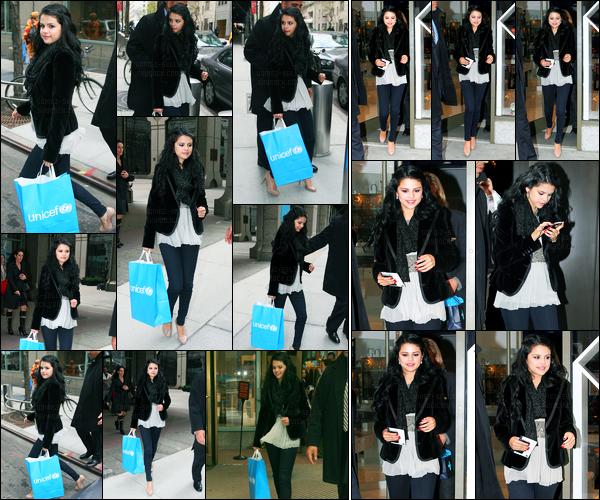 11.04.2012 ─ Selena Gomez a été photographiée alors qu'elle quittait un bureau de l'UNICEF étant dans NewYorkUn peu plus tard, la belle brunette a été photographiée alors qu'elle faisait du shopping avenue... Concernant sa tenue, c'est un beau top de ma part !