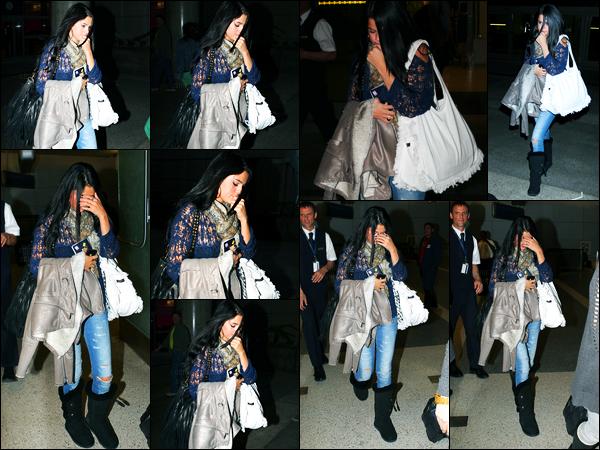 25.05.2012 ─ Selena Gomez a été photographiée alors qu'elle arrivait à l'aéroport de LAX étant dans Los Angeles.La belle brunette est donc de retour de son tournage de son nouveau film. Elle n'a pas l'air de vouloir se montrer. Concernant sa tenue, un beau top !