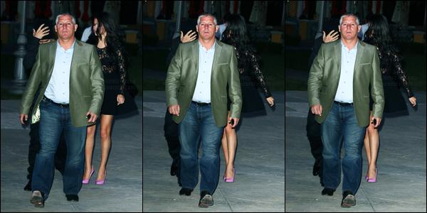 28.05.2012 ─ Selena Gomez a été photographiée, alors, qu'elle quittait la maison de plage de Joel Silver à Malibu.Le soir, la belle Selena G. a été photographiée alors qu'elle allait dîner avec Justin Bieber.. Concernant ses tenues, c'est de très beau tops de ma part !