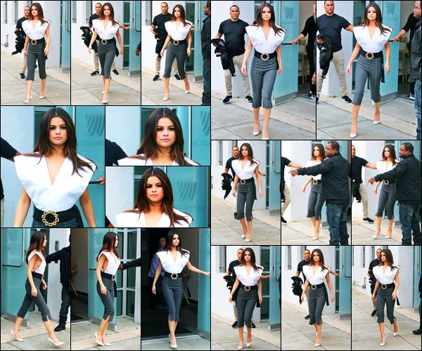 08.06.2017 ─ Selena Gomez a été photographiée, alors, qu'elle quittait les Westwood One Studios à Los Angeles.La belle enchaîne les interview dans les radios en ce moment... Elle bordait une tenue où on peut entrevoir sa poitrine, c'est un petit top de ma part !