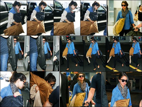08.06.2012 ─ Selena Gomez a été photographiée, alors, qu'elle arrivait à l'aéroport de LAX, étant, à Los Angeles.Pour commencer le mois de juin, la belle a également été photographiée arrivant à l'aéroport de JFK ! Concernant sa tenue, elle est simple, c'est top !