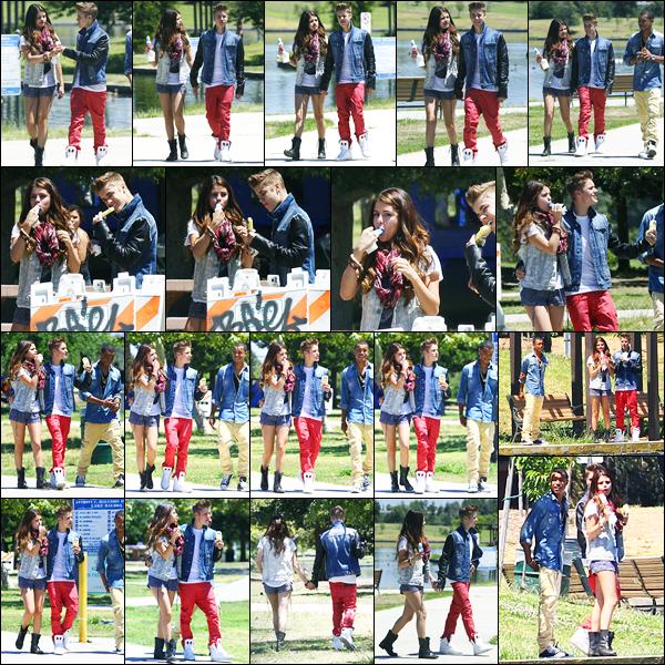 30.06.2012 ─ Selena Gomez a été photographiée, alors, qu'elle s'achetait une glace avec Justin dans Los Angeles.Les deux amoureux était en compagnie de leur ami Khalil. Concernant sa tenue, j'aime beaucoup personnellement, c'est donc un beau top de ma part.