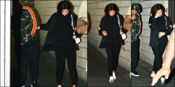 16.06.2017 ─ Selena Gomez a été photographiée quittant le centre commercial «The Grove», étant à Los Angeles.La belle chanteuse S. était en compagnie de son petit-ami, le chanteur, Abel, et visiblement aucun voulait être photographiée ! Pour sa tenue, c'est flop..