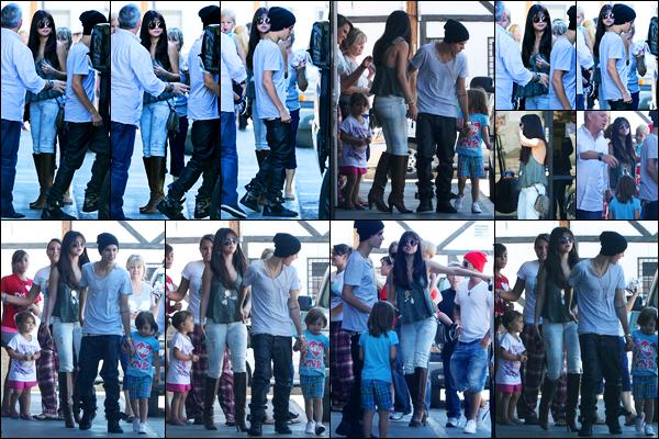 27.07.2012 ─ Selena Gomez a été photographiée alors qu'elle était au restaurant « Sushi Dan » dans Los Angeles.La belle chanteuse Selena G. était en compagnie de la famille de son petit-ami, Justin. Concernant sa tenue, c'est un beau top de ma part ! Vos avis ?