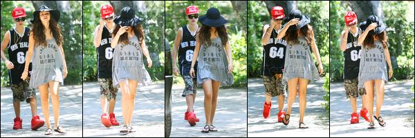 12.08.2012 ─ Selena Gomez a été photographiée, alors, qu'elle se promenait, dans les rues, étant, à Los Angeles.Les deux amoureux ont profité de leur temps libre pour se promenait ensemble... Malheureusement, Selena ne voulait pas se montrer, dommage ! Top !