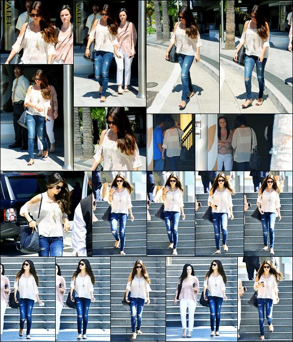 14.08.2012 ─ Selena Gomez a été photographiée alors qu'elle quittait le Century City Mall, étant, à Santa Monica.La belle était en compagnie de son amie, Ashley Cook, pour faire du shopping, entre filles ! Concernant sa tenue, c'est top de ma part, personnellement !