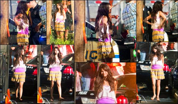 15.08.2012 ─ Selena Gomez a été photographiée alors qu'elle était sur le set « Behaving Badly » à Sherman Oaks.La belle est de retour sur le tournage de son nouveau film, cette fois-ci, elle se fait arrêter ! Le film promet ! Concernant sa tenue, c'est un bof pour moi !