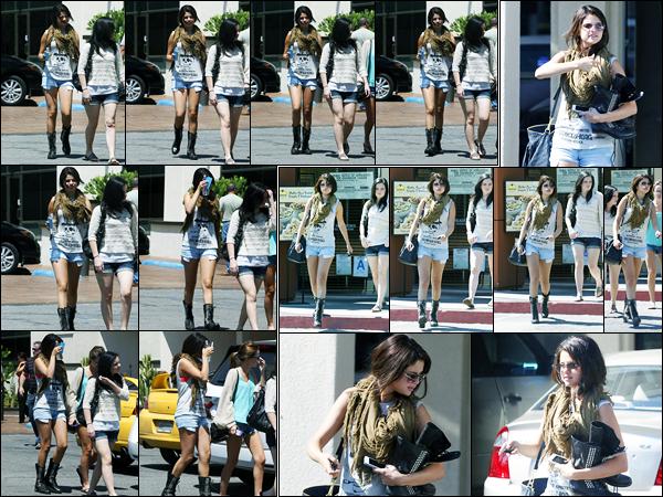 20.08.2012 ─ Selena Gomez a été photographiée, alors, qu'elle quittait un salon de manucure dans Los Angeles.La belle a ensuite été photographiée alors qu'elle quittait un restaurant avec son amie Ashley Cook. Concernant sa tenue, c'est un top de ma part ! Avis ?