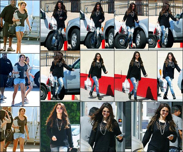 24.08.2012 ─ Selena Gomez a été photographiée pendant qu'elle quittait le fast-food « KFC », étant dans Encino.Deux jours auparavant, la belle Selena a été photographiée sur le set de tournage de Behaving Badly ! Concernant ses tenues, c'est deux bof de ma part