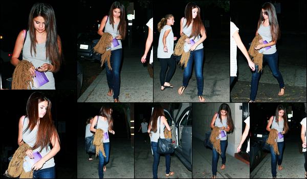 18.09.2012 ─ Selena Gomez a été photographiée, alors, qu'elle quittait le salon « Nine Zero One » à Los Angeles.C'est tard le soir que la belle Selena a quittée le salon de coiffure, et cette fois-ci, seule. Concernant sa tenue, c'est un top de ma part personnellement.