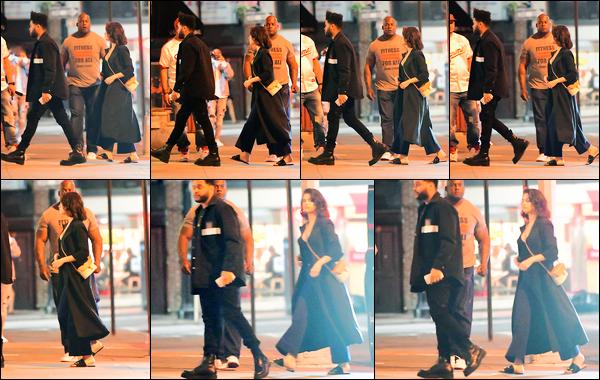02.09.2017 ─ Selena Gomez a été photographiée, alors, qu'elle allait s'acheter une crème glacée dans New-York.La belle ne s'arrête plus, et encore en compagnie de son petit ami, elle a de nouveau était aperçue dans les rues de NY. Concernant sa tenue, c'est top !