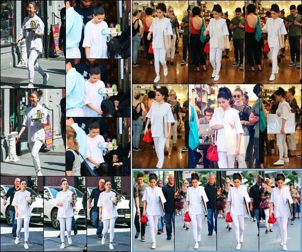 04.09.2017 ─ Selena Gomez a été photographiée arrivant, puis, quittant le magasin « Lulitonix » dans New-York.Un peu plus tard dans la journée, la belle a été photographié dans les rues de New-York en compagnie de ses amies. Concernant sa tenue, c'est un top !
