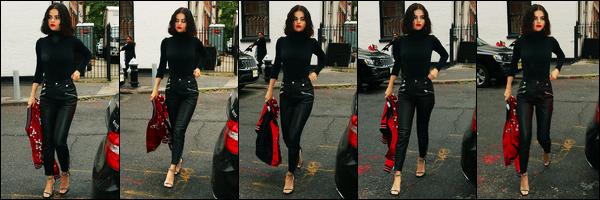 13.09.2017 ─ Selena Gomez a été photographiée alors qu'elle se rendait au M&G pour « Coach », dans New-York.C'est dans un look totalement black et accompagnée d'une touche de rouge, que la belle est apparue ! Selena est vraiment magnifique, c'est un beau top