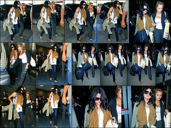 17.09.2012 ─ Selena Gomez a été photographiée alors qu'elle arrivait à l'aéroport, se situant dans Miami, Floride.Un peu plus tard dans la journée, la belle a été photographiée alors qu'elle arrivait à l'aéroport de LAX. Concernant sa tenue, c'est un beau top pour moi.