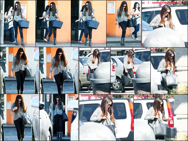 03.10.2012 ─ Selena Gomez a été photographiée alors qu'elle quittait le restaurant «Sushi Dan» dans Studio City.Un peu plus tard, la belle S. a été photographiée alors qu'elle se rendait au concert de Justin Bieber. Concernant sa tenue, c'est un beau top de ma part !