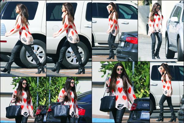 04.10.2012 ─ Selena Gomez a été photographiée alors qu'elle quittait le parc « Trampoline Park », à Los Angeles.La belle S. enchaîne les sorties en ce moment, et ça fait plaisir ! Concernant sa tenue, j'aime beaucoup son pantalon, mais le pull, je n'aime pas du tout !