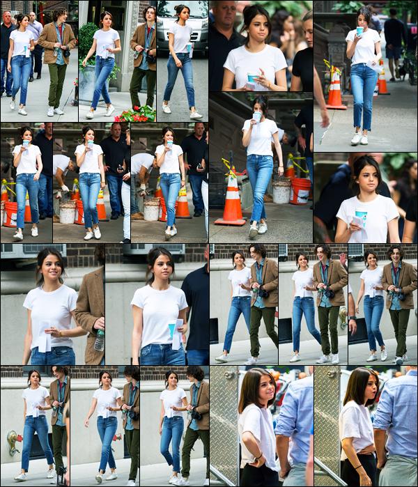 14.09.2017 ─ Selena Gomez a été photographiée, alors, qu'elle était sur le set de nouveau film étant à New-York.Après avoir fait une tel annonce de ce qui s'est passée dans son été, la belle est retourner sur le tournage de son nouveau film. Concernant sa tenue, top