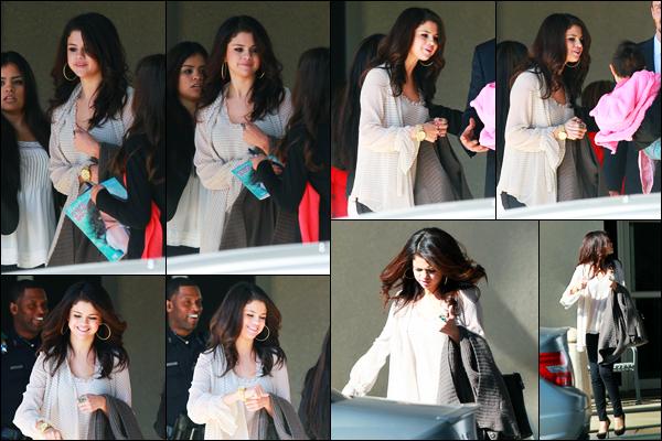 14.11.2012 ─ Selena Gomez a été photographiée alors qu'elle quittait un hôpital, qui se situait dans Dallas, Texas.La belle Selena G. a été rendre visite à quelques enfants malade à l'hôpital, avec son âme généreuse. Concernant sa  tenue, c'est un beau top pour moi !