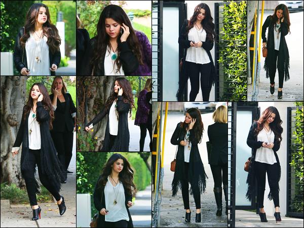 13.12.2012 ─ Selena Gomez a été photographiée, alors, qu'elle quittait « Nine Zero One » étant dans Los Angeles.La belle chanteuse est donc aller se faire une beauté pour ses cheveux, elle est sortie téléphone à l'oreille. Concernant sa tenue, c'est un beau top de moi