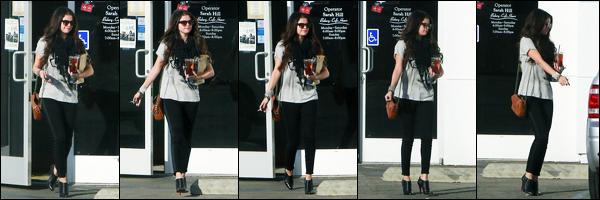 15.12.2012 ─ Selena Gomez a été photographiée alors qu'elle quittait « Panera Bread », étant à Encino, Californie.Nous avons peu de photos, malheureusement, mais ce n'est mieux que rien... Concernant la tenue de la belle chanteuse S., c'est un beau top pour moi !