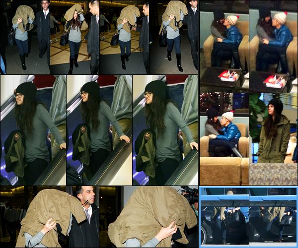 21.12.2012 ─ Selena Gomez a été photographiée alors qu'elle arrivait à l'aéroport de LAX étant dans Los Angeles.Un peu plus tôt, la belle S. a été photographiée avec Justin à l'aéroport en Utah... Deux jours avant, elle a été vue prenant un jet privée.. Top sa tenue !