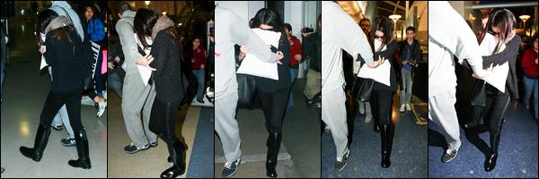 21.01.2013 ─ Selena Gomez a été photographiée alors qu'elle arrivait à l'aéroport de LAX étant dans Los Angeles.Après un court séjour à New-York, la belle Selena G. est de retour chez elle en Californie. Elle n'a pas l'air d'humeur ! Concernant sa tenue, c'est un top !